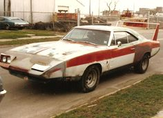 Gotta' love a beater wing car. Looks like Homer Simpsons car from the flashback episodes. Dodge Charger Daytona, Dodge Daytona, Classic Chevy Trucks, Classic Cars, Junkyard Cars, Plymouth Superbird, Dodge Muscle Cars, Weird Cars, Vintage Trucks