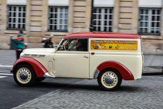 #Renault #Juvaquatre à la Traversée de #Paris hivernale 2016. Reportage complet : http://newsdanciennes.com/2016/01/10/grand-format-traversee-de-paris-hivernale-2016/ #Vintage #VintageCar #Voiture #Ancienne