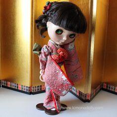 ニューモデルネオブライスドール用の着物と帯を和布を使って仕立てました本物の絹の着物生地で作っています桃色地の和模様の着物と着物を引き立てる薄緑と赤い帯揚げが着物の美しさを引き立てますKNB008 by KimonoDollyDecoarte