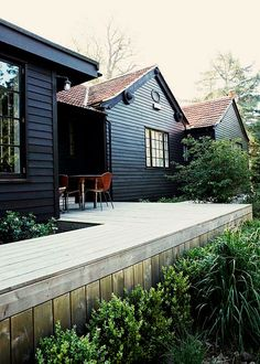 I love this simple deck forest house in east sussex black deck, black Exterior Paint, Exterior Design, Interior And Exterior, Cafe Exterior, Craftsman Exterior, Exterior Trim, Cottage Exterior, Exterior Colors, Luxury Interior