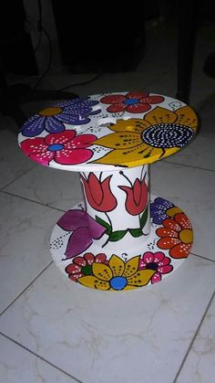 Diy Cable Spool Table, Wood Spool Tables, Wooden Cable Spools, Funky Painted Furniture, Recycled Furniture, Wood Crafts, Diy And Crafts, Arts And Crafts, Garden Crafts