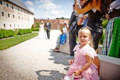 Hochzeit Manuela & Michael Standesamt Grieskirchen - Landschloss Parz Hochzeitsgäste warten gespannt auf die Braut