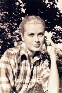 Starlet in the Great Outdoors A Starlet in the Great Outdoors. Grace Kelly in plaidA Starlet in the Great Outdoors. Grace Kelly in plaid Tilda Swinton, Old Hollywood Glamour, Classic Hollywood, Maria Callas, Old Actress, American Actress, Ute Lemper, Princesa Grace Kelly, Hollywood Actresses