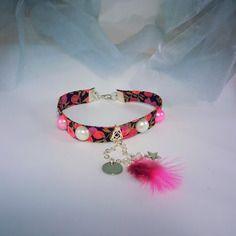 Bracelet liberty rose/mauve avec cabochons blanc et rose, breloque chaînette argentée, avec mini plume rose,médaille ronde