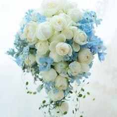 """812 Likes, 12 Comments - 一会  ichie (@bouquet_ichie) on Instagram: """"白い丸いバラのキャスケードブーケは定番ですが、青を差し入れるとまた雰囲気が変わります。センス良い清楚な花嫁様でした。#ブーケ#キャスケードブーケ#ウエディング#ウェディング#ウェディングフラワー#ウェディングブーケ#バラ#デルフィニウム#ブルースター#ブルー#ブライダル#プレ花嫁…"""""""