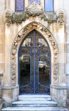 Barcelona - Cementiri Horta 1 g Art Nouveau Architecture, Art And Architecture, Entrance Doors, Front Doors, Art Deco Door, Cool Art, Awesome Art, Door Knockers, Gaudi