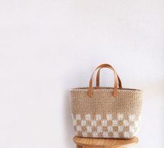 【2018年春夏新作】天然素材の麻ひもで編んだかごバッグです。和柄の中でも人気の市松模様は普段使いはもちろん、浴衣にも合わせてお使いいただけます♪A4の書類や...