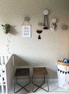 """""""Babykamer groen"""" met stippenbehang van de Karwei   Kinderkamerstylist.nl"""