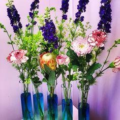 Somriga blommor med härligt blått vatten #blommor#sommar#greenroom