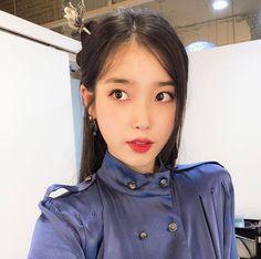 Image may contain: one or more people and closeup Iu Fashion, Korean Fashion, Kpop Girl Groups, Kpop Girls, Iu Twitter, Gifts For Photographers, Korean Traditional, Korean Artist, Korean Actresses