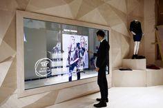 Une boutique de la marque Rebecca Minkoff propose à ses clients de cumuler les avantages de l'e-shopping et de la boutique physique. Située au cœur de SoHo, la boutique Rebecca Minkoff propose une fusion inédite entre expérience physique et e-...