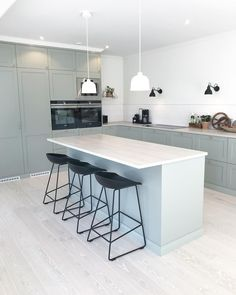 Small kitchen: 70 functional ideas of decoration and projects - Home Fashion Trend Small Kitchen Cabinet Design, Big Kitchen, Modern Kitchen Design, Cafe Interior, Kitchen Interior, Kitchen Decor, Small American Kitchens, Kitchen Collection, Cuisines Design