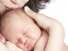 Eine Mutter hält ihr Baby im Arm.