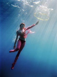 """""""Mary Pops In"""" underwater fashion photography ©peter de mulder"""