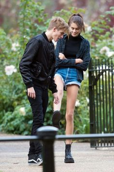 Kaia Jordan Gerber, Kaia Gerber, Kaia Crawford, Cindy Crawford, Celebrity Outfits, Celebrity Style, Presley Gerber, Doc Martens Outfit, Stylish Couple