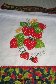 Pano de Prato Morangos com barra Granny Square Crochet Pattern, Crochet Patterns, Baby Embroidery, Applique Designs, Strawberries, Apron, Patches, Pasta, Quilts