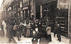 rue de la Paix - Paris 2ème Sortie des Midinettes et des Petites mains des Maisons de Couture.. Il y avait foule dans la rue de la Paix, et elle avait l'air de bien s'amuser... Carte postale vers 1900.
