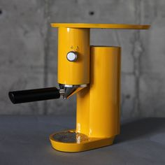 Yaniv Berg is a industrial designer from Israel that built this simple espresso machine. Inspired by Italian designers and the Bauhaus, Yaniv created this Best Espresso Machine, Espresso Maker, Espresso Coffee, Coffee Maker, Coffee Coffee, Coffee Brewers, Coffee Club, Coffee Humor, Black Coffee