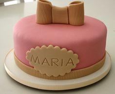 Da plaquinha com o nome Maria ao laçarote que decora o topo deste bolo, tudo foi feito com a famosa pasta americana (exceto o recheio, é claro). É uma criação da Divino Dolce (www.divinodolce.com.br)