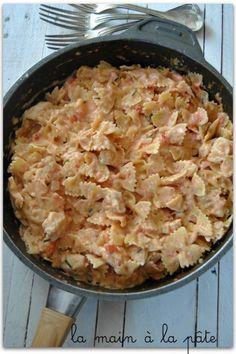 Farfalles, poulet, tomate 2blancs de poulet 1 boite de pulpes de tomates la valeur d'une boite remplie d'eau 500g de farfalles 1 pot de fromage frais (150g) 70g de parmesan 1 CS d'huile d'olive 1 CS d'origan séché 1 oignon quelques brins de ciboulette fraîche sel et poivre