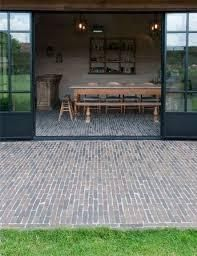 Authentic clay pavers as a seamless transition from interior to exterior Authentieke kleiklinkers als naadloze overgang van interieur naar exterieur Authentic clay pavers as a seamless transition from interior to exterior Clay Pavers, Casa Clean, Belgian Style, Pool Houses, Interior And Exterior, Outdoor Gardens, Outdoor Living, Brick, Pergola