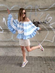 Hallo ihr lieben, die Berlin FashionWeek hat mal wieder einige Trends gezeigt. Ganz besonders oft und in allen Variationen war das off-shoulder Top zu sehen. Ob als Bluse oder als schulterfreies Kl…