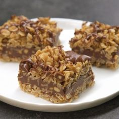 No-Bake Chocolate Oat Bars. Only 10 mins of prep and no oven. Easy No-Bake Chocolate Oat Bars - Need a sweet treat that doesn't require heat? Try our No-Bake Chocolate Oat Bars! This simple delight whips up quickly and mixes crunch with chocolate taste. No Bake Desserts, Just Desserts, Delicious Desserts, Dessert Recipes, Healthy Desserts, Dinner Recipes, Desserts With Oats, Low Fat Desserts, Camping Desserts