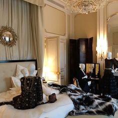 """Pela primeira vez a @chanelofficial monta seu resee da coleção pre-fall na suite de Mme Chanel no @ritzparis sua """"casa"""" durante 37 anos reinaugurado em junho de 2016. Os dois quartos sala banheiros e closets foram decorados como se ela estivesse habitando o espaço com direito a manequim deitada na cama malas espalhadas pelo chão e claro muitas pérolas e perfumes em cima de mesinhas e consoles. Vogue adora as bermudas ciclistas bordadas com paetês e a novíssima bolsa Gabrielle modelo com base…"""