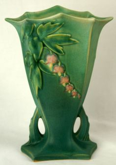 Bleeding Heart Vase Art Deco Lines Vintage Roseville Pottery Roseville Pottery, Antique Pottery, Mccoy Pottery, Pottery Vase, Ceramic Pottery, Ceramic Art, Thrown Pottery, Art Nouveau, Vase Centerpieces