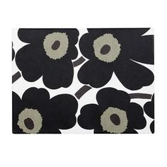 Set the table with this cute Pieni Unikko placemat. The pattern was designed by Maija and Kristina Isola and can now be found on numerous Marimekko products. The placemat is made of durable PCV-coated cotton. Available in different colors.