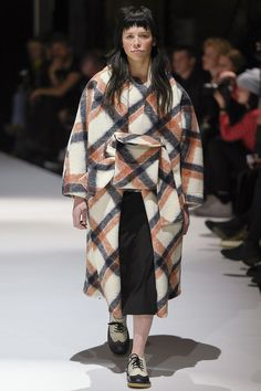 See all the Collection photos from Henrik Vibskov Autumn/Winter 2017 Ready-To-Wear now on British Vogue Tokyo Fashion, Fashion 2017, Fashion Show, Womens Fashion, Winter 2017, Fall Winter, Autumn 2017, Seoul, Ukraine