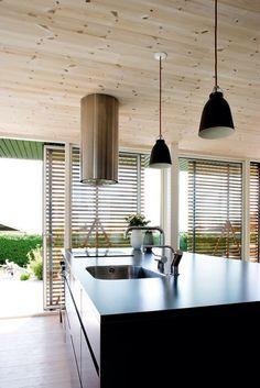 Charlotte Jensen og Thomas Löwensteins nye sommerhus i Hamborg-kolonien ved Horsens skiller sig positivt ud i et område, hvor husene generelt har en del år på bagen.