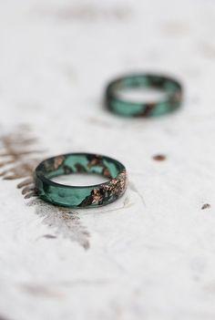 Cet sombre vert mousse à facettes transparent anneau de jade est fait de résine de haute qualité écologique. L'anneau contient des paillettes d'or rose imitations pailletées. Cette bague en résine et est parfaite pour les empiler. Mes bijoux en résine est coulé dans la main par mes soins moules en silicone, main poncé et poli. Des imperfections mineures peuvent entraîner tels que de petites bulles. Chaque bague est unique et différent, s'il vous plaît garder à l'esprit que le vôtre ne sera…