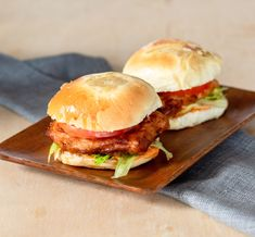 Crispy Spicy Fish Sandwich | DIVERSE DINNERS Spicy Aioli, Beefsteak Tomato, Fish Sandwich, Hot Pepper Sauce, Beef Steak, Smoked Paprika, Stuffed Hot Peppers, Fish And Seafood, Food Items