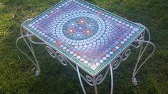 Mesas De Jardin Con Venecitas - $ 1.350,00 en MercadoLibre                                                                                                                                                                                 Más Mosaic Glass, Stained Glass, Picnic Blanket, Outdoor Blanket, Mosaic Furniture, Mesa Exterior, Outdoor Tables, Outdoor Decor, Wood Turning