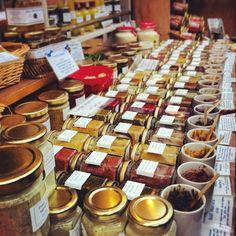 Borough: Los viernes de 12:00 a 18:00 hrs. y los sábado de 9:00 a 16:00 hrs. Este es un mercado imperdible porque es solo de comida. Se encuentra a pasos del London Bridge y en el encuentras tanto productos locales, como especialidades de todos los rincones del planeta, a menudo cocinadas y servidas en el momento. El propio mercado ya es una obra de arte, ya que data de 1276, aunque dicen que nació varios siglos antes. La calidad de sus productos es del más alto nivel y va desde pan recién…