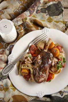 Φαγητό της καθημερινής αλλά κυρίως της γιορτής, αγαπάει τα καλέσματα, αφού το ξεχνάς στο φούρνο και δεν ασχολείσαι μαζί του. Επιπλέον, δεν χρειάζεται να πονοκεφαλιάσετε για συνοδευτικό, αφού τα λαχανικά ψήνονται μαζί του και μελώνουν σε μια δεμένη, νόστιμη σάλτσα από το λίπος του αρνιού. Greek Cooking, Yams, Greek Recipes, Pot Roast, Baking Recipes, Food To Make, Food Porn, Dinner Recipes, Pork