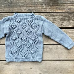 Fall, sweet fall.. #oliveschunkylace knitted in 4 threads of #knittingforolivesmerino, color Dusty Dove Blue #fallknits #fallknitting #høststrikk #høstfavoritt #chunkyknit #chunkyknits #wool #merino #ullergull #knitting_inspiration #knittingforolive