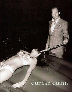 Duncan Quinn. Una marca de ropa de hombre. Aparece la imagen de una mujer supuestamente estrangulada por un hombre.