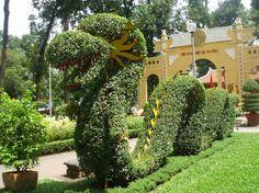 Esculturas de animales con arbustos