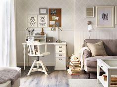 Hoekje in de woonkamer met wit bureau en bureaustoel