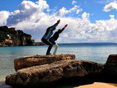Als Yogalehrerin auf Mallorca ist das Leben schön. Aber auch ihr Leben in Deutschland gefällt Uta Schönbach. Deshalb ist sie Pendlerin zwischen zwei Welten.