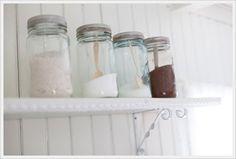 Uansett om hyllene er på kjøkkenet eller på badet, Norgesglassene blir ekstra fine med farget innhold - gjerne i samme nyanser. Prøv å fyll dem opp med forskjellige typer badesalt. (Av Mattisheimen)