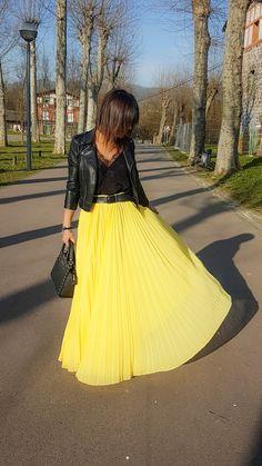 falda larga plisada en amarillo & complementos en negro (TENDENCIA FALDAS PLISADAS - la huella de mis tacones) Yellow Skirt Outfits, Yellow Pleated Skirt, Pleated Skirt Outfit, Long Skirt Outfits, Dress Skirt, Modest Dresses, Modest Outfits, Simple Outfits, Cool Outfits