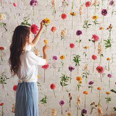 Kleurenmuur met bloem in plastic buisjes: Fall Window Display, Wedding Ideas, Hanging Flowers, Flower Wall, Floral Curtain