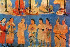 """Özbekistan Semerkand'da Afrasiyab Tepesi Freskleri. Uzun örgülü saçlı belikli olanlar Göktürk beyleri. Uzun örgülü saçlar Çin kayaklarında daima """"Türk Özelliği"""" olarak gösterilmiştir. Hiung-nu yani Hunlar (M.Ö. 2-1.yy) ve onların bir boyu olan Göktürkler döneminde de devam etmiştir. Hun Türk Kağanlar, öldüklerinde saç örgüleri kesilir ve bunlarla birlikte gömülürdü. Türklerde Saç Kesmek """"Ölüm-Yas"""" Alametidir. Milletlerin """"Kolektif Hafızası"""", bilinçaltında sürekliliğini korur. Bu nedenledir…"""