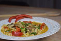 Vegane Curry-Gemüsesuppe mit Kokosmilch und Gemüse #vegan #vegetarisch #veganfood #rezept #kochen #suppe #gemüse #healthy Spaghetti, Meat, Chicken, Ethnic Recipes, Low Carb, Food, Mushroom, Asian Noodles, Vegan Dishes
