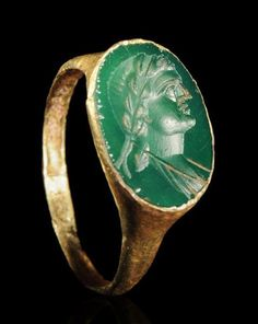 EARLY ROMAN IMPERIAL GOLD FINGER RING WITH AN EMERALD INTAGLIO OF AGRIPPINA MAJOR.