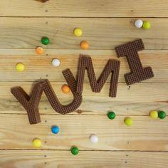 Letras y números de delicioso chocolate belga.