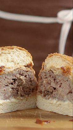 Esse incrível hambúrguer empanado e depois gratinado no forno com queijo e bacon vai te deixar com água na boca.